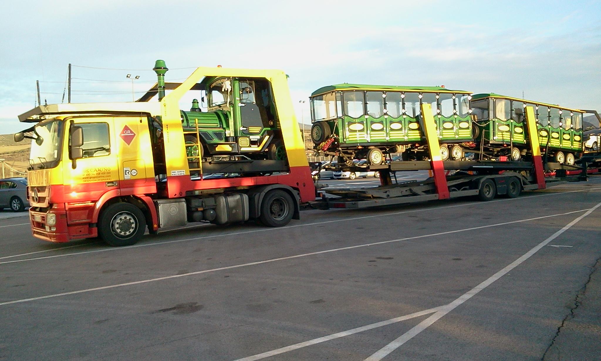 tren transportado en camión