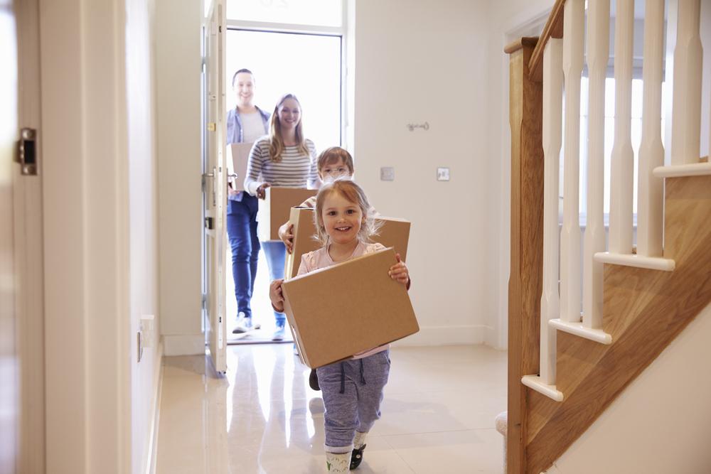 niños ayudando a sus padres en una nueva mudanza